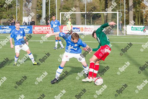 2014-11-09 / Voetbal / Seizoen 2014-2015 / Turnhout-Houtvenne / Bert De Winter (Turnhout) in duel met Marco Gerritsen (Houtvenne)<br /> <br /> Foto: Mpics.be