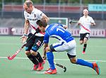 AMSTELVEEN -  Teun Rohof (A'dam) met Boet Phijffer (Kampong)    tijdens  de  eerste finalewedstrijd van de play-offs om de landtitel in het Wagener Stadion, tussen Amsterdam en Kampong (1-1). Kampong wint de shoot outs.   rechts Johannes Mooij (A'dam) . COPYRIGHT KOEN SUYK