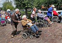 Seniorenvierdaagse in Monnickendam. Vrijwilligers wandelen met senioren. Toestemming gekregen van de organisatie, om de foto redactioneel te gebruiken