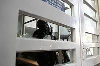 CURITIBA, PR, 28.08.2014 - CONFUSÃO / HOSPITAL DE CLINICA / CURITIBA - Batalhão de Choque faz a segurança do prédio da reitoria da UFPR na manha desta quinta-feira, (28). Cerca de 200 pessoas entre alunos e professores do Hospital de Clinicas  (HC), fazem maninifestação no pátio da reitoria  da Universidade Federal do Paraná ( UFPR), em Curitiba. Eles são contrarios a adesão do Hospital de Clínicas (HC) com a Empresa Brasileira de Serviços Hospitalares (Ebserh). Equipes do Batalhão de Choque da Polícia Militar (PM) entraram em confronto com os manifestantes  que estão, tiro de bombas de efeito moral, bala de borracha e o uso de spray de pimenta foram utilizados.(Foto: Paulo Lisboa / Brazil Photo Press)