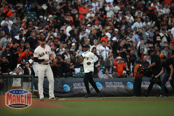 SAN FRANCISCO, CA - AUGUST 11:  Former San Francisco Giants player Barry Bonds runs off the field after taking his position in left field during the ceremony to retire his #25 jersey before the game between the Pittsburgh Pirates and San Francisco Giants at AT&T Park on Saturday, August 11, 2018 in San Francisco, California. (Photo by Brad Mangin)