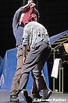 Au théâtre des Abbesses..Mise en scène et chorégraphie : Koen Augustijnen..Assisté de Laura Beurdeley..Musique et arrangements : Guy Van Nueten..Dramaturgie : Guy Cools..Décor : Jean Bernard Koeman..Lumières : Carlo Bourguignon..Costumes : Lies Van Assche..Avec : Koen Augustijnen, Ted Stoffer, Tayeb Benamara, Ghislain Malardier, Steve Dugardin (chant), Guy Van Nueten (piano)