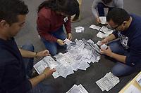 BOGOTA - COLOMBIA, 17-06-2018: Jurados electorales hacen el conteo de votos durante la segunda vuelta de las elecciones presidenciales de Colombia 2018 hoy domingo 17 de junio de 2018. El candidato ganador gobernará por un periodo máximo de 4 años fijado entre el 7 de agosto de 2018 y el 7 de agosto de 2022. / Electoral juries count votes during Colombia's second round of 2018 presidential election today Sunday, June 17, 2018. The winning candidate will govern for a maximum period of 4 years fixed between August 7, 2018 and August 7, 2022. Photo: VizzorImage / Nicolas Aleman / Cont