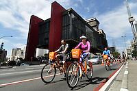 SAO PAULO, SP, 02 SETEMBRO DE 2012 – CICLOFAIXA AV. PAULISTA – Ciclistas aproveitam manhã de sol deste domingo (2) durante inauguração da ciclofaixa na Av. Paulista em São Paulo. A ciclofaixa funionará todos os domingos das 7 as 16 horas. (FOTO: LEVI BIANCO / BRAZIL PHOTO PRESS).