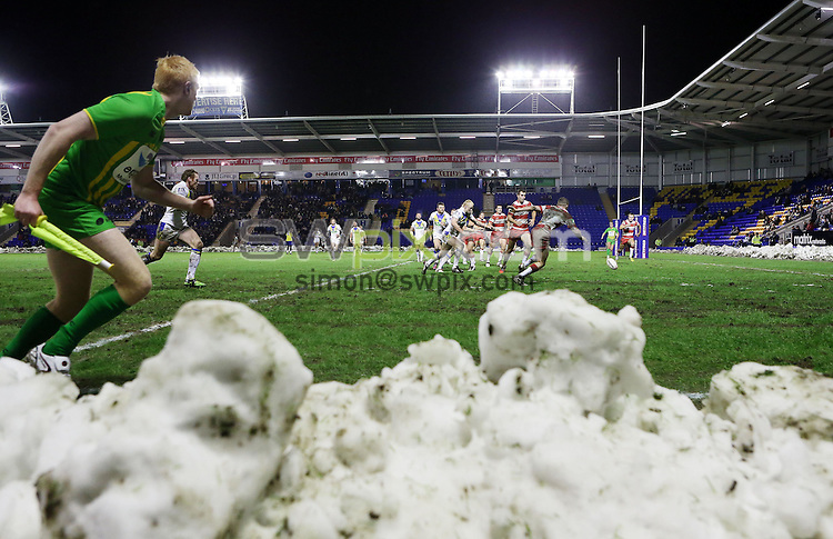 PICTURE BY VAUGHN RIDLEY/SWPIX.COM - Rugby League - Super League Preseason - Warrington Wolves v Wigan Warriors - Halliwell Jones Stadium, Warrington, England - 26/01/13 - Warrington & Wigan chase a loose ball.