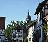 Dorfmittelpunkt von Wörrstadt-Rommersheim mit dem ehemaligen Rathaus, Fachwerkbau um 1600, und dem Kirchturm der Evangelischen Kirche (18. Jh.)