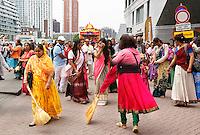 Nederland Rotterdam  2016. Hare Krishna . Ratham Yatra optocht met versierde kar door de binnenstad van Rotterdam. De straat wordt schoongeveegd voor de wagen.  Hare Krishna is een beweging binnen het Hindoeisme.  Foto Berlinda van Dam / Hollandse Hoogte
