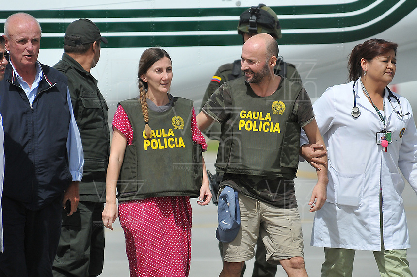 BOGOT&Aacute; -COLOMBIA. 15-06-2013.  &Aacute;ngel S&aacute;nchez Fern&aacute;ndez y  Mar&iacute;a Marlaska Sedano a su llegada a la ciudad de Bogot&aacute;, Colombia despu&eacute;s de haber sido rescatados por el Gaula de la Polic&iacute;a Nacional en el departamento de La Guajira, Colombia./ Angel Sanchez Fernandez and Maria Marlaska Sedano during thieir arrival to Bogot&aacute;, Colombia after being recaed by Gaula of National Police of Colombia in Rioacha department. Photo: VizzorImage/Mauricio Orjuela/MDC/ CONT<br />