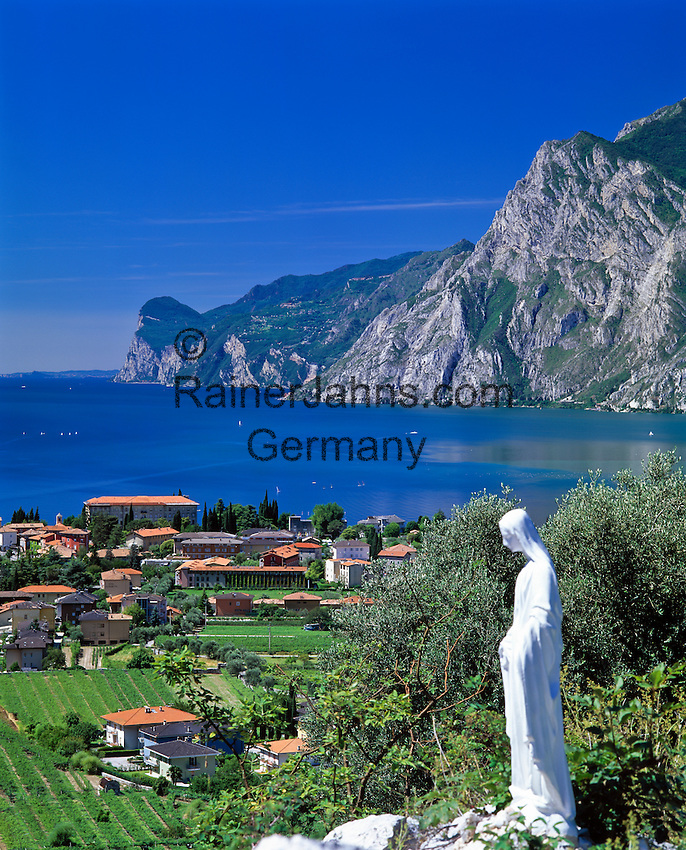 Italy, Trentino, Lake Garda, view at Torbole | Italien, Trentino, Gardasee, Blick auf Torbole am Nordufer, Marienstatue
