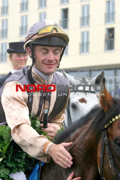 BMW 134. Deutsches Derby<br /> Olivier Peslier gewinnt das Deutsche Derby und bedankt sich bei seinem siegreichen Pferd Dai Jin<br /> <br /> Foto: nordphoto / th *** Local Caption *** Foto ist honorarpflichtig! zzgl. gesetzl. MwSt. Belegexemplar erforderlich Adresse: nordphoto Georg-Reinke-Strasse 1 49377 Vechta Telefon: 04441-89400 / Fax: 04441-894022