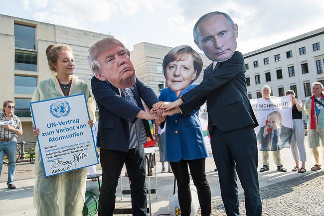 Fotoaktion am Donnerstag den 1. August 2019 vor der US-Botschaft in Berlin, anlaesslich des Ende des INF-Vertrages.<br /> Der Vertrag zum Verbot von Mittelstreckensystemen war seit der Verabschiedung 1988 ein Meilenstein der Abruestung zwischen Russland und den USA. Nach gegenseitigen Vorwuerfen zu Vertragsverletzungen hat US-Praesident Trump am im Oktober 2018 angekuendigt aus dem Vertrag auszusteigen. Der Vertrag endet dementsprechend fristgerecht am 2. August 2019.<br /> Mit der Fotoaktion vor der US-Botschaft am Pariser Platz, verdeutlichten die Friedensorganisationen ICAN Deutschland, IPPNW und DGF-VK, die USA und Russland sollen abzuruesten statt aufruesten.<br /> 1.8.2019, Berlin<br /> Copyright: Christian-Ditsch.de<br /> [Inhaltsveraendernde Manipulation des Fotos nur nach ausdruecklicher Genehmigung des Fotografen. Vereinbarungen ueber Abtretung von Persoenlichkeitsrechten/Model Release der abgebildeten Person/Personen liegen nicht vor. NO MODEL RELEASE! Nur fuer Redaktionelle Zwecke. Don't publish without copyright Christian-Ditsch.de, Veroeffentlichung nur mit Fotografennennung, sowie gegen Honorar, MwSt. und Beleg. Konto: I N G - D i B a, IBAN DE58500105175400192269, BIC INGDDEFFXXX, Kontakt: post@christian-ditsch.de<br /> Bei der Bearbeitung der Dateiinformationen darf die Urheberkennzeichnung in den EXIF- und  IPTC-Daten nicht entfernt werden, diese sind in digitalen Medien nach §95c UrhG rechtlich geschuetzt. Der Urhebervermerk wird gemaess §13 UrhG verlangt.]
