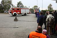 Einsatzfahrzeuge mit den Mitgliedern der Jugendfeuerwehr treffen ein