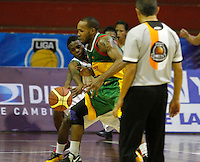 MANIZALES -COLOMBIA, 30-09-2013. Leonardo Salazar (I) de Manizales Once Caldas disputa el balón con un jugador (4) (D) de Caribbean Heat Cartagena durante partido válido por la fecha 21 Liga DirecTV de Baloncesto 2013-II de Colombia jugado en el coliseo Jorge Arango de la ciudad de Manizales./ Leonardo Salazar (L) of  Manizales Once Caldas fights for the ball with a player  (4)(R) of Caribbean Heat Cartagena during match valid for the 21th date of DirecTV Basketball League 2013-II in Colombia at Jorge Arango coliseum in Manizales. Photo:VizzorImage / Yonboni / STR