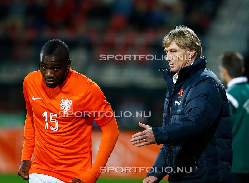 Nederland, Alkmaar, 9 oktober 2014<br /> Play-offs EK-kwalificatie<br /> Jong Oranje-Jong Portugal (0-2)<br /> Ola John van Jong Oranje en Adrie Koster, trainer-coach van Jong Oranje
