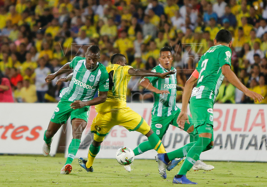 BUCARAMANGA - COLOMBIA, 30-01-2019: Marvin Vallecilla del Bucaramanga disputa el balón con Helibelton Palacios y Sebastian Gomez de Nacional durante partido por la fecha 2 Final entre Atlético Bucaramanga y Atlético Nacional como parte de la Liga Águila I 2019 jugado en el estadio Alfonso Lopez de la ciudad de Bucaramanga. / Marvin Vallecilla of Bucaramanga vies for the ball with Helibelton Palacios and Sebastian Gomez of Nacional during match for the date 2 between Atletico Bucaramanga and Atletico Nacional as a part Aguila League I 2019 played at Alfonso Lopez stadium in Bucaramanga city. Photo: VizzorImage / Oscar Martinez / Cont
