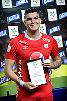 CALI - COLOMBIA, 17-11-2019: Michael Rangel recibe el premio al mejor jugador después del partido por la fecha 3, cuadrangulares semifinales, de la Liga Águila II 2019 entre América Cali y Atlético Cali jugado en el estadio Pascual Guerrero de la ciudad de Cali. / Michael Rangel receives the best player award after match for the date 3, quadrangular semifinals, as part of Aguila League II 2019 between America de Cali and Deportivo Cali played at Pascual Guerrero stadium in Cali. Photo: VizzorImage / Nelson Rios / Cont