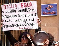 NAPOLI DONNE PROTESTA ALL'ESTERNO DELLA SEDE DI EQUITALIA IN VIA BRACCO.NELLA FOTO .FOTO CIRO DE LUCA