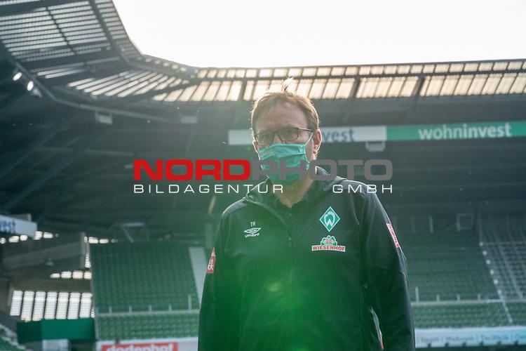 Thomas Horsch (Co-Trainer SV Werder Bremen) mit CORONA Gesichtsmaske<br /> <br /> Sport: Fussball: 1. Bundesliga: Saison 19/20: <br /> 26. Spieltag: SV Werder Bremen vs Bayer 04 Leverkusen, 18.05.2020<br /> <br /> Foto ©  gumzmedia / Nordphoto / Andreas Gumz / POOL <br /> <br /> Nur für journalistische Zwecke! Only for editorial use!<br />  DFL regulations prohibit any use of photographs as image sequences and/or quasi-video.