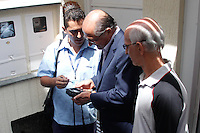 SAO PAULO, SP, 11.03.2014 - VISITA DO GOVERNADOR DE SAO PAULO GERALDO ALCKMIN AOS MORADORES QUE TIVERAM REDUÇAO EM SUAS CONTAS DE ÁGUA - Governador de Sao Paulo Geraldo Alckmin durante visita a casa de moradores que tiveram reduçao em suas contas de água no Bairro do Tremembé,  na manha desta terça-feira,11 na região norte da cidade de São Paulo. (Foto: Andre Hanni /Brazil Photo Press).