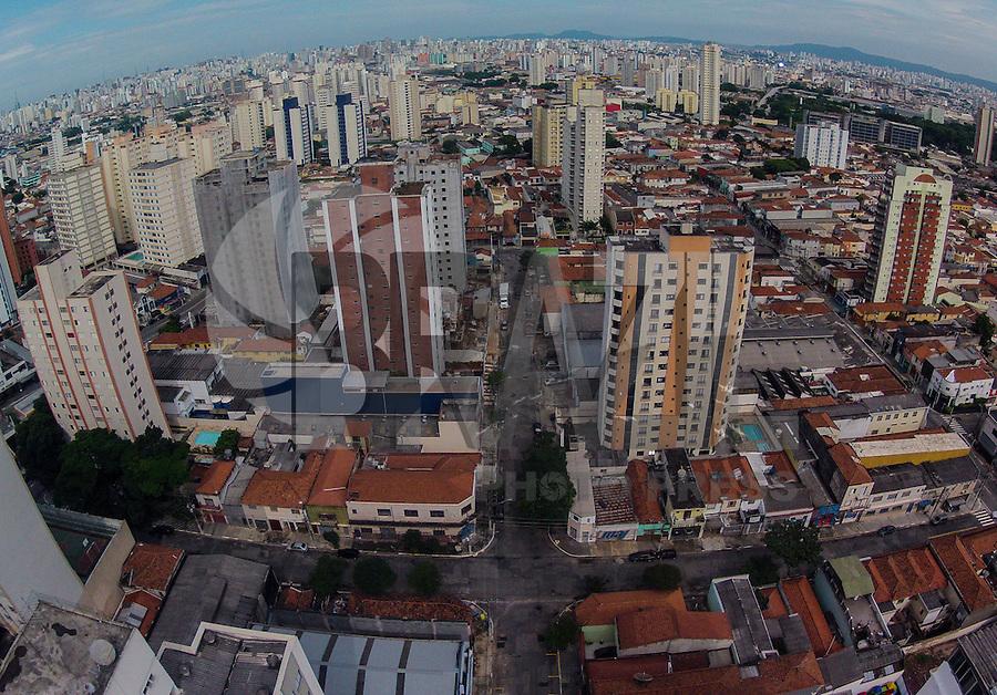 FOTO EMBARGADA PARA VEICULOS INTERNACIONAIS. SÃO PAULO, SP, 30/12/2012, CLIMA TEMPO. Vista do ceu da da cidade de Sao Paulo no bairro da Mooca na manha deste domingo. FOTO: Luiz Guarnieri/ Brazil Photo Press