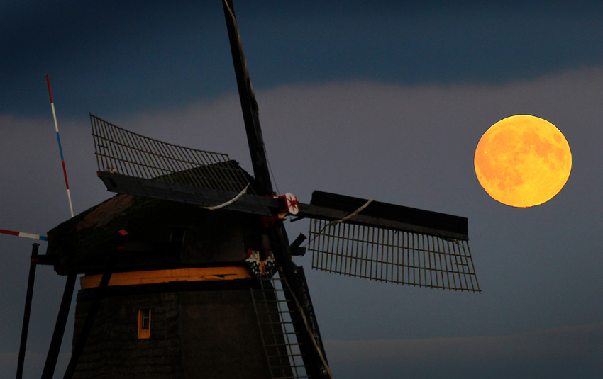 Nederland, Kinderdijk 27-09-2015, Full Moon rises over Unesco World Heritage site the Kinderdijk windmills. <br /> © foto Michael Kooren 2015.