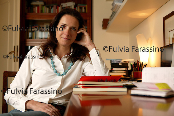 Milano, 24 Marzo 2005.Camilla Baresani nella sua casa, Camilla Baresani in her home