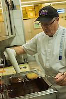 Europe, Autriche, Tyrol (Land), Tyrol du Nord, Absam:  Pâtisserie Toni Mayr  , Toni Mayr prépare Honiglebkuchen , pian d'épice, miel et chocolat, traditionnel pour Noël // Europe, Austria, Tyrol (state), Absam: Toni Mayr pastry