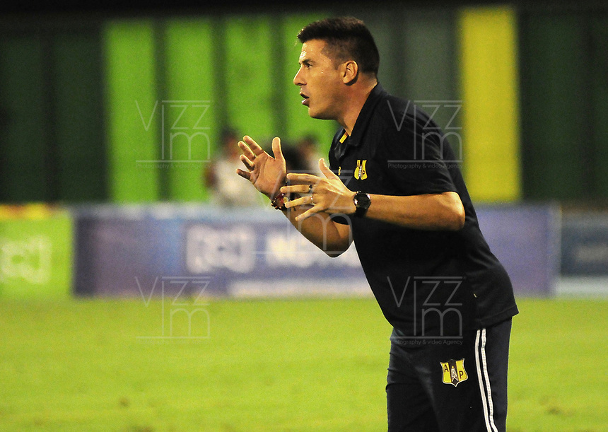 BARRANCABERMEJA - COLOMBIA, 04-09-2018: Juan Cruz Real técnico de Alianza Petrolera gesticula durante el encuentro con Millonarios fecha 8 de la Liga Águila II 2018 disputado en el estadio Daniel Villa Zapata de la ciudad de Barrancabermeja. / Juan Cruz Real coach of Alianza Petrolera gestures during a match against Millonarios for the date 8 of the Aguila League II 2018 played at Daniel Villa Zapata stadium in Barrancebermeja city. Photo: VizzorImage / Jose Martinez / Cont
