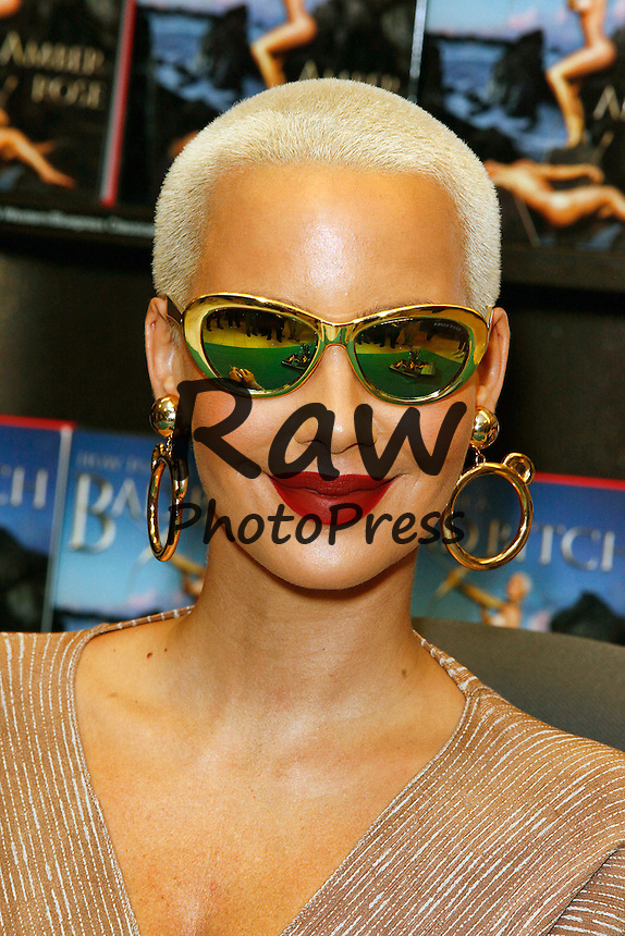 Amber Rose ha presentado su nuevo libro, 'How To Be A Bad Bitch', en Philadelphia.<br /> <br /> PHILADELPHIA, PA - OCTOBER 27 :  Amber Rose pictured at her book signing for How To Be A Bad Bitch at Barnes and Noble in Philadelphia, Pa on October 27, 2015 photo credit Scott Weiner / Retna Ltd.