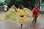 INDIA Odisha Orissa, Raygada, tribal village Malligoan, Dongria Kondh tribe, children do rope jumping / INDIEN Odisha Orissa, Raygada, Dorf Malligoan, Ureinwohner Dongria Kondh, Kinder beim Seil springen