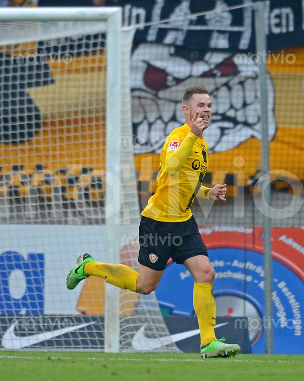 Fussball, 2. Bundesliga, Saison 2012/13, SG Dynamo Dresden - SC Paderborn, Freitag (03.05.13),  Dresdens Tobias Mueller jubelt nach seinem Tor zum 2:0.