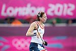 LONDEN - De aanvoerder van het Britse team, Kate Walsh, speelt met een eerder deze week opgelopen gebroken kaak, zaterdag tijdens de Olympische hockeywedstrijd tussen de vrouwen van  Groot Brittannie en China. ANP KOEN SUYK