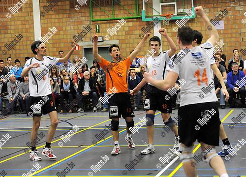 2012-03-17 / Volleybal / seizoen 2011-2012 / Herenthout - Lendelede / Herenthout viert een punt..Foto: Mpics.be