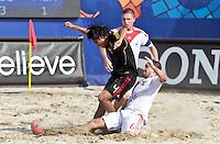RAVENNA, ITALIA, 08 DE SETEMBRO DE 2011 - COPA DO MUNDO DE BEACH SOCCER - Dmitry Shishin da Rússia (branco), durante de partida contra Francisco Cati do México (preto) válida pelas quartas de final da Copa do Mundo de Beach Soccer, no Estádio Del Mare, em Ravenna, Itália, nesta quinta-feira (8). FOTO: VANESSA CARVALHO - NEWS FREE