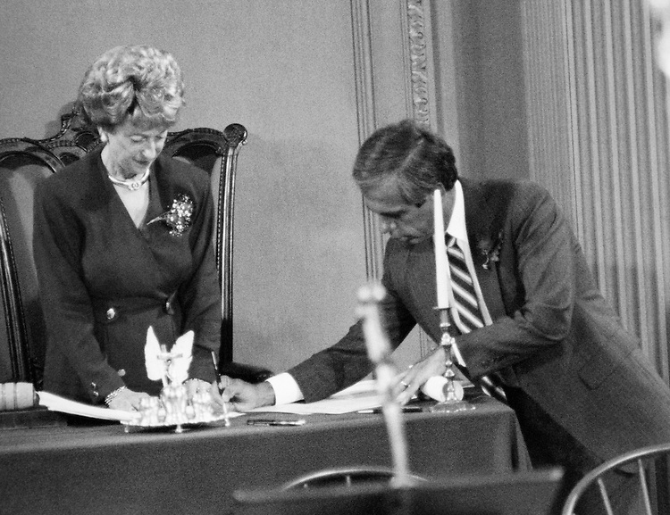 Rep. Jim Wright, D-Texas, signing document. (Photo by CQ Roll Call)