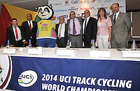 CALI - COLOMBIA - 21-01-2014: Hernando Zuluaga, Director Ejecutivo del Campeonato Mundial de Ciclismo en Pista UCI 2014, Giovanni Ramirez, Gerente Indervalle, El Oso de anteojos, mascota del Campeonato Mundial de Ciclismo en Pista UCI 2014, Ubeimar Delgado, Gobernador del Valle del Cauca, Juan Carlos Peña, Subdirector Coldeportes, Javier Pachon, Alcalde (E) de Cali, Clara Luz Roldan, Secretaria de Deportes y Recreacion y Jorge Gonzalez, Gerente Fedeciclismo, durante presentación del Campeonato Mundial de Ciclismo en Pista UCI 2014, que se realizara en el Velodromo Alcides Nieto Patiño de la ciudad de Cali del 26 de febrero al 2 de marzo del presente año, con la participación de 38 paises y mas de 250 deportistas. / Hernando Zuluaga, Executive Director of the Campeonato Mundial de Ciclismo en Pista UCI 2014, Giovanni Ramirez, Manager Indervalle, The spectacled bear ,the mascot of the World Championships 2014 UCI Track Cycling, Ubeimar Delgado, Governor of Valle del Cauca, Juan Carlos Peña, Sub Director of COLDEPORTES, Javier Pachon, Mayor (E) of Cali, Clara Luz Roldan, Secretary of Sports and Recreation and Jorge Gonzalez, Manager Fedeciclismo,  during presentation of the World Championships 2014 UCI Track Cycling, which will be held at the Alcides Nieto Patiño Velodrome in Cali from February 26 to March 2 this year, with the participation of 38 countries and over 250 athletes. Photo: VizzorImage / Luis Ramirez / Staff.