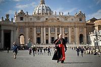 Continuano gli incontri dei cardinali per trovare l'accordo sulla data dell'inizio del Conclave che porterà all'elezione del nuovo Papa dopo le dimissioni di Benedetto XVI. Il cardinale Renato Raffaele Martino in Piazza San Pietro.