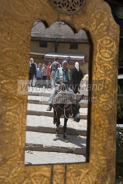 Afrique/Afrique du Nord/Maroc/Fèz: scéne de rue dans la médina en reflet dans un miroir d'une boutique du souk homme sur un ane