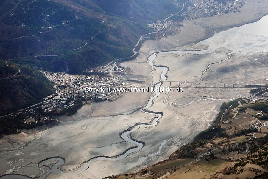 Lac de Serre-Poncon: EUROPA,  FRANKREICH, HAUTES ALPES 26.03.2018: Lac de Serre-Poncon, Wassermangel im südfranzösischen Stausee. Die Brücke Pont de Savines le Lac für über den trockenen Stausee. Zu sehen ist der Oert Savines le Lac<br /> Der Lac de Serre-Ponçon ist ein Stausee in den französischen Westalpen in den Departments Hautes-Alpes und Alpes-de-Haute-Provence.