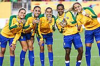 HAMILTON, CANADA, 25.07.2015 - PAN-FUTEBOL -  Jogadoras do Brasil comemora medalha de ouro após ganhar de 4 a 0 da Colombia em partida da final do futebol feminino nos jogos Pan-americanos no Estadio Tim Hortons em Hamilton no Canadá neste sábado, 25.  (Foto: William Volcov/Brazil Photo Press)