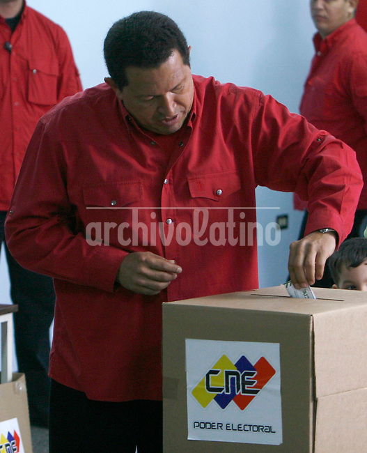 El presidente Hugo chavez vota en el barrio 23 de enero durante las elecciones para decidir el referendo sobre la posibilidad de una nueva constitucion.. President of Venezuela Hugo Chavez  cast his ballot in the poor district January 23 of Caracas.  Chavez lost his battle to aprove a new Constitution that granted him undefinetively terms in office.