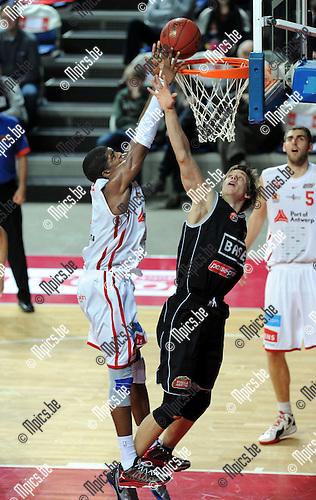 2012-11-11 / Basketbal / seizoen 2012-2013 / Antwerpen - Leuven / Gregg Thondique (Antwerpen) tegen Yannick Desiron..Foto: Mpics.be
