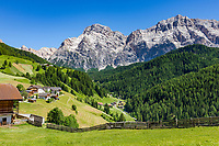 Italy, South Tyrol (Trentino - Alto Adige), La Valle: left hamlet Freines, at background Heiligkreuzkofel mountain (Sasso di Santa Croce) at Fanes-Sennes-Prags Nature Park | Italien, Suedtirol (Trentino - Alto Adige), Wengen: links der Weiler Freines, im Hintergrund thront der Heiligkreuzkofel (Sasso di Santa Croce) im Naturpark Fanes-Sennes-Prags