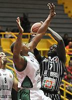 BOGOTA - COLOMBIA: 07-05-2013: Fahnbulleh (Der) Piratas de Bogotá, disputa el balón con Fernandez (Izq.) de  Aguilas de Tunja mayo  7 de 2013. Piratas y Aguilas de Tunja disputaron partido de la fecha 12 de la fase II de la Liga Directv Profesional de baloncesto en partido jugado en el Coliseo El Salitre. (Foto: VizzorImage / Luis Ramirez / Staff). Fahnbulleh (R) of Pirates from Bogota disputes the ball with Fernandez (L) of Aguilas from Tunja May 7, 2013. Piratas and Aguilas de Tunja disputed a match for the 12 date of the Fase II of the League of Professional Directv basketball game at the Coliseo El Salitre. (Photo. VizzorImage / Luis Ramirez / Staff)