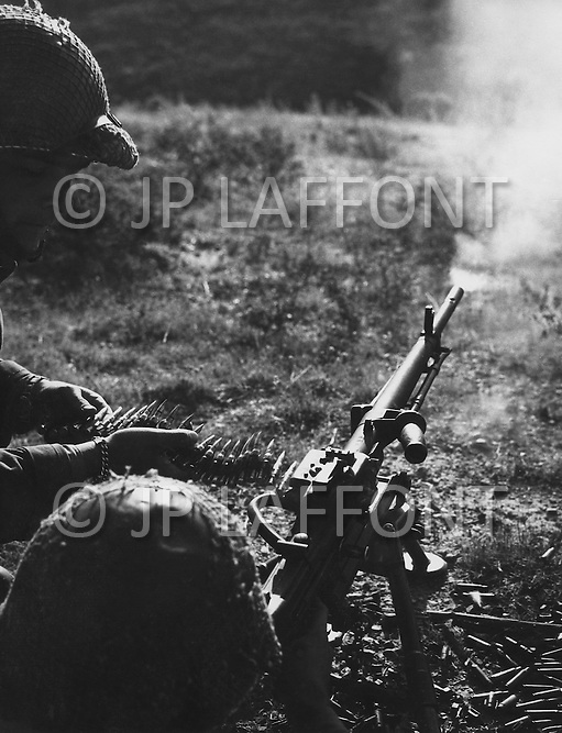 Ecole Militaire d'Infanterie de Cherchell, Algérie, Aout 1960. 2 EOR (Eleves Officiers de Reserves) Live firing exercise with french machine gun fusil A-52.