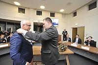 ALGEMEEN: JOURE: 01-12-2015, Wethouder Durk Durkz overhandigd de ambsketen aan de nieuwe burgemeester van de Fryske Marren Fred Veenstra, ©foto Martin de Jong