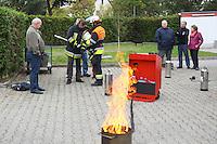 Bürgermeister und Dienstherr Manfred Ockel bereitet sich Mitarbeiter Andreas Reitz auf die Löschübung vor