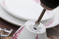 """Futterhäuschen, Futterplatz aus Porellan-Geschirr, Kaffeegeschirr selber basteln, einen attraktives Vogelfutter-Häuschen aus einen ausgedienten Kaffeservice und einer Etagere basteln. Schritt 1: mit einem Porzellanbohrer mittig Löcher in die Tasse, den Untersetzer und den Kuchenteller bohren. Vogelfutter selbst herstellen, Vogelfutter selber machen, Vogelfutter selbermachen, Vogelfütterung, Fütterung, bird's feeding, """"upcycling, Wiederverwertung"""","""