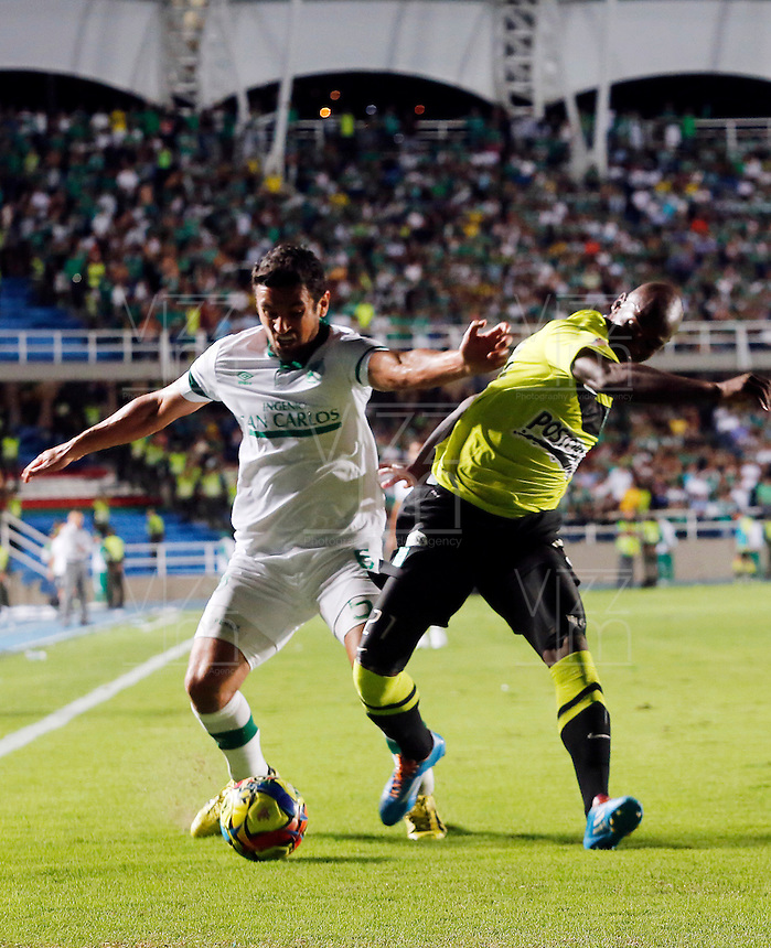 CALI- COLOMBIA -22 -01-2014: Andres Perez (Izq.) jugador de Deportivo Cali disputa el balón con Orlando Berrio (Der.) jugador del Atletico Nacional en durante partido de ida por la Super Liga 2014, jugado en el estadio Pascual Guerrero de la ciudad de Cali. / Andres Perez (L) player of Deportivo Cali vies for the ball with Orlando Berrio (R) player of Atletico Nacional during a match for the first leg of the Super Liga 2014 at the Pascual Guerrero Stadium in Cali city. Photo: VizzorImage  / Juan C Quintero / Str.
