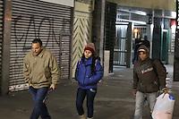 SAO PAULO, SP, 24/07/2013, FRIO SAO PAULO. Transeuntes enfrentam o frio na regiao central de Sao Paulo na madrugada gelada dessa quarta-feira (24). LUIZ GUARNIERI/BRAZIL PHOTO PRESS.